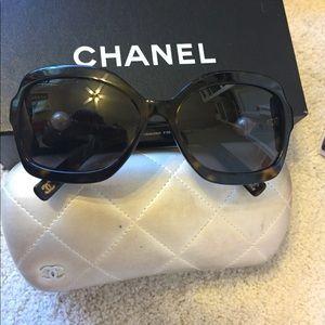 Chanel pearl sunglasses w pearl case